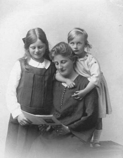 Elizabeth Agnes Mary Tatham with her sister Jessica & their mother